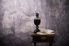 светильник керосина книги старый раскрывает Стоковые Фотографии RF