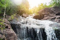 Светить речных порогов водопада пропуская яркий естественный Стоковые Фотографии RF