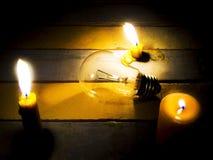 Светить свечи светлый на лампочке накаливания стоковая фотография rf