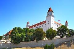 светильника флага замока bratislava небо slovakian 3 крыши динамически старое изображенное недавно восстанавливанное поднимая бор Стоковая Фотография RF