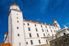 светильника флага замока bratislava небо slovakian 3 крыши динамически старое изображенное недавно восстанавливанное поднимая бор Стоковые Фотографии RF