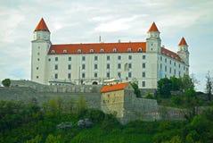 светильника флага замока bratislava небо slovakian 3 крыши динамически старое изображенное недавно восстанавливанное поднимая бор Стоковое Изображение