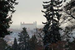 светильника флага замока bratislava небо slovakian 3 крыши динамически старое изображенное недавно восстанавливанное поднимая бор Стоковые Изображения RF