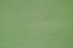 Светлая бетонная стена прованского зеленого цвета покрашенная грубая, вид спереди для предпосылки Стоковые Изображения