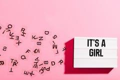 Светлая коробка с объявлением младенца девушки на розовой предпосылке Стоковая Фотография RF