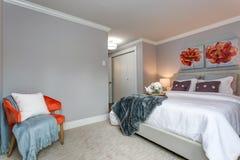 Светлая современная спальня квартиры с взглядом кровати стоковое изображение rf