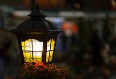 Светлая улица фонарика в темноте Лампа с концом-вверх витражей на запачканной предпосылке города Стоковое Изображение RF