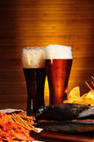 Светлое и темное пиво с раками стоковые изображения