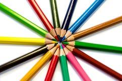 Светлое карандашей цвета розовое - голубые зеленое желтое и красный на белой предпосылке стоковое фото