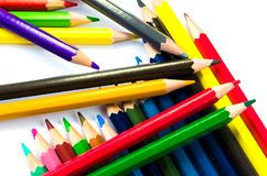 Светлое карандашей цвета розовое - голубые зеленое желтое и красный на белой предпосылке стоковая фотография rf