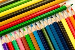 Светлое карандашей цвета розовое - голубые зеленое желтое и красный на белой предпосылке стоковые изображения