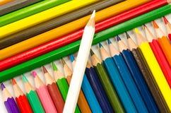 Светлое карандашей цвета розовое - голубые зеленое желтое и красный на белой предпосылке стоковое изображение rf