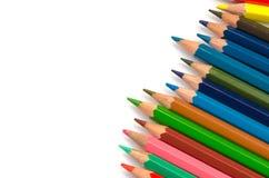 Светлое карандашей цвета розовое - голубые зеленое желтое и красный на белой предпосылке стоковые фото