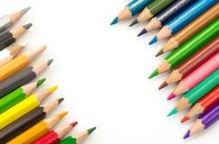 Светлое карандашей цвета розовое - голубые зеленое желтое и красный на белой предпосылке стоковая фотография