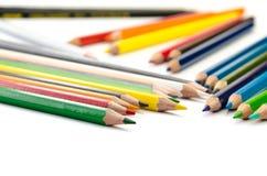 Светлое карандашей цвета розовое - голубые зеленое желтое и красный на белой предпосылке стоковое фото rf