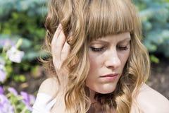 светлые волосы предпосылки над детенышами белой женщины Стоковые Изображения