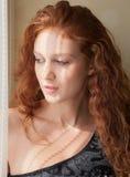 светлые детеныши женщины окна Стоковые Фотографии RF