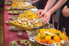 светлые закуски на шведском столе стоковые изображения rf