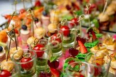 Светлые закуски, canap s с шпиком, сыром, мясом, соусом, томатами вишни Закуски для партий стоковое фото