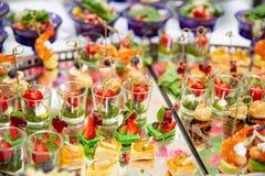 Светлые закуски, canap s с шпиком, сыром, мясом, соусом, томатами вишни Закуски для партий Стоковые Фото
