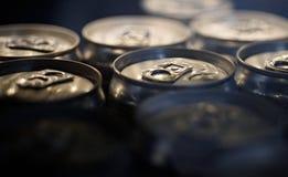 светлые освежения Алюминиевые консервные банки напитка Чонсервные банкы питья Платы тяги на верхних частях консервных банок Конте стоковые изображения