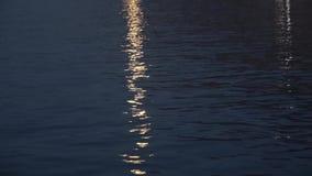 Светлые отражения луны на море видеоматериал