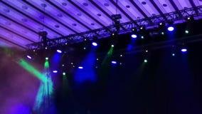 Светлые пятна в концерте - дым и световые лучи сток-видео