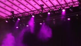 Светлые пятна в концерте - дым и световые лучи акции видеоматериалы