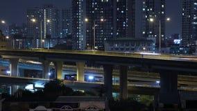 Светлые следы городского транспорта на современной residencial предпосылке здания в Бангкоке, Таиланде Timelapse сток-видео