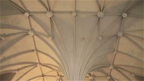 Светлый готический потолок в замке Мальборке в Польше сток-видео