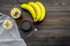 Светлый десерт плодоовощ для уменьшения Пудинг банана с семенами chia superfood на темной деревянной предпосылке с синью Стоковая Фотография RF