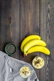 Светлый десерт плодоовощ для уменьшения Пудинг банана с семенами chia superfood на темной деревянной предпосылке с синью Стоковое Фото