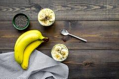 Светлый десерт плодоовощ для уменьшения Пудинг банана с семенами chia superfood на темной деревянной предпосылке с синью Стоковые Фото