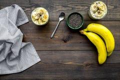 Светлый десерт плодоовощ для уменьшения Пудинг банана с семенами chia superfood на темной деревянной предпосылке с синью Стоковое Изображение RF