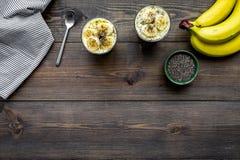Светлый десерт плодоовощ для уменьшения Пудинг банана с семенами chia superfood на темной деревянной предпосылке с синью Стоковые Фотографии RF