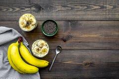Светлый десерт плодоовощ для уменьшения Пудинг банана с семенами chia superfood на темной деревянной предпосылке с синью Стоковые Изображения