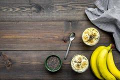 Светлый десерт плодоовощ для уменьшения Пудинг банана с семенами chia superfood на темной деревянной предпосылке с синью Стоковое фото RF