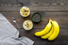 Светлый десерт плодоовощ для уменьшения Пудинг банана с семенами chia superfood на темной деревянной предпосылке с синью Стоковое Изображение