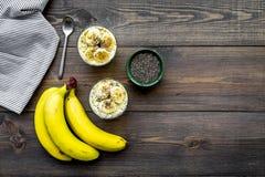 Светлый десерт плодоовощ для уменьшения Пудинг банана с семенами chia superfood на темной деревянной предпосылке с синью Стоковые Изображения RF