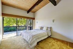 Светлый дизайн спальни с потолком деревянной планки сводчатым Стоковые Фото