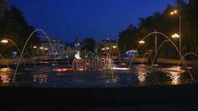 Светлый музыкальный фонтан в парке взморья на ноче Batumi, Georgia видеоматериал