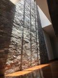 Светлый отражать на каменной стене стоковые изображения