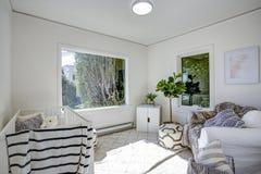 Светлый питомник с белыми стенами стоковые фотографии rf