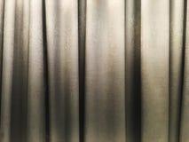 Светлый - серое внутреннее художественное оформление текстуры занавеса в комнате стоковое фото rf
