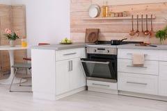 Светлый современный интерьер кухни стоковые изображения