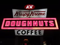 Световая реклама Krispy Kreme стоковые фотографии rf