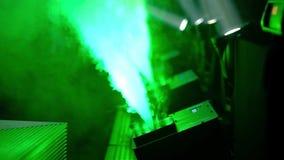 Световой эффект этапа в темноте и машине производит дым Видео конца-вверх HD видеоматериал