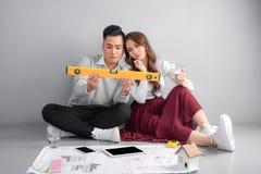 Светокопии молодых пар рассматривая их новый дом сбывание ренты домов квартир имущества реальное стоковые изображения rf