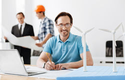 Светокопия молодого инженера превращаясь ветротурбин Стоковая Фотография