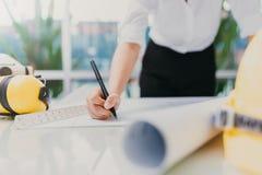 Светокопия чертежа руки Rchitect на таблице деятельности Стоковое Изображение RF